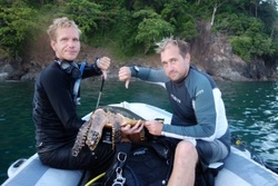 Richie and Snippy showing the dead hawksbill turtle. Picture by Snippy's Snaps Diving. duiken, scuba, dive, turtle